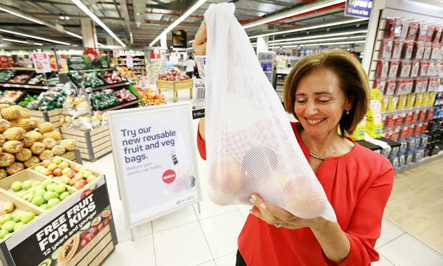 PnP- Suzanne Ackerman-Berman with the FV bag being trialled in-store (1)