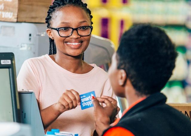 PnP-Customer at till with Smart Shopper card